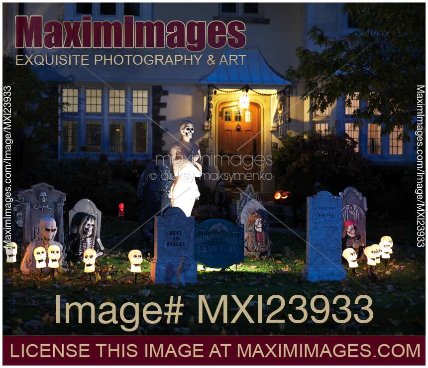 Stock photo house with halloween decoration maximimages - Halloween decorations toronto ...