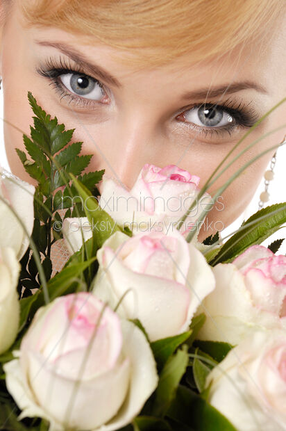 Photo Young Smiling Woman Eyes Over Bunch Of White Roses